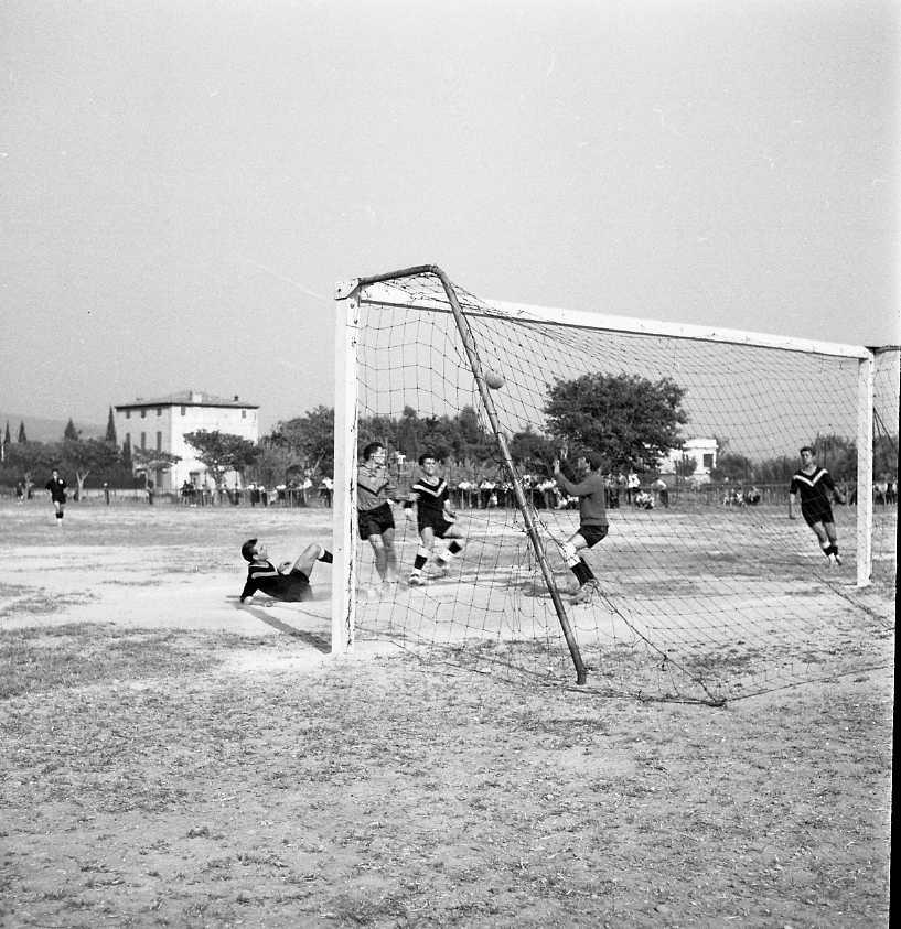27 Fi 4014 - Scène de jeu pour le match La Ciotat-St Tropez, remporté haut la main 8 à 0 par les locaux. 24/09/1955