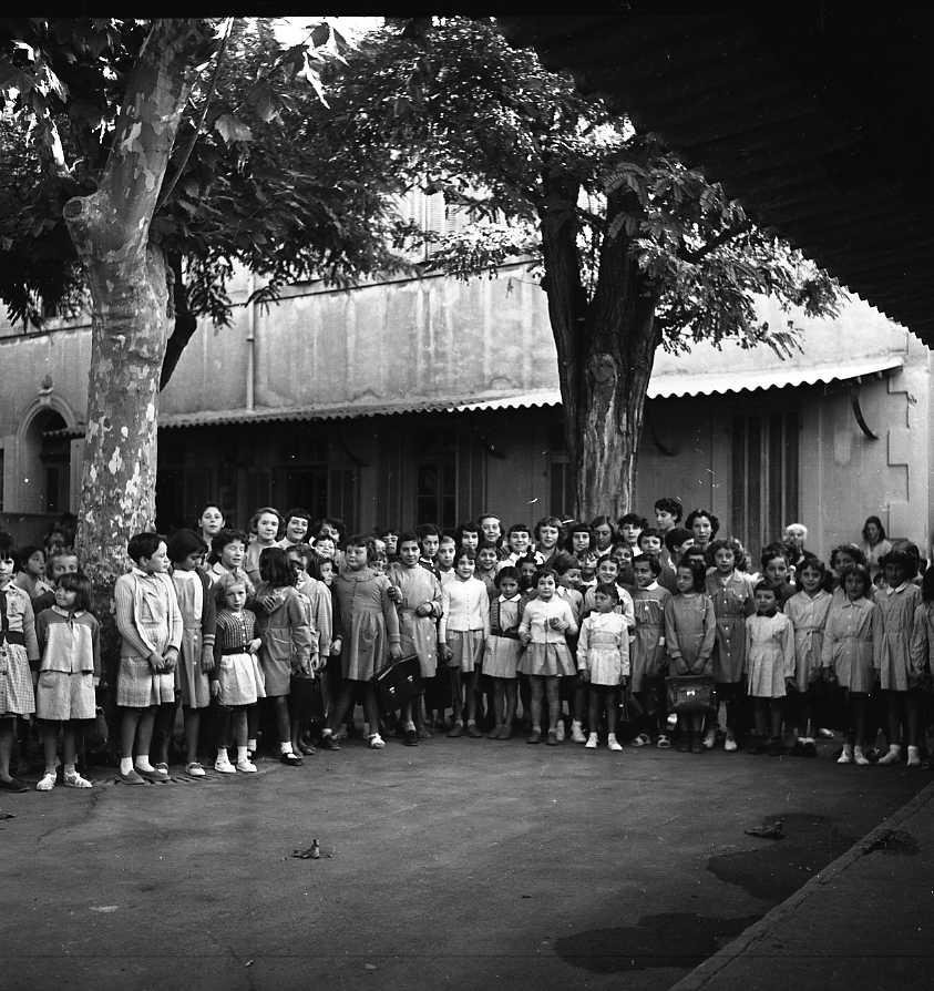 27 Fi 4022 - Rentrée des classes pour les jeunes filles à l'école du boulevard Guerin. 01/10/1955