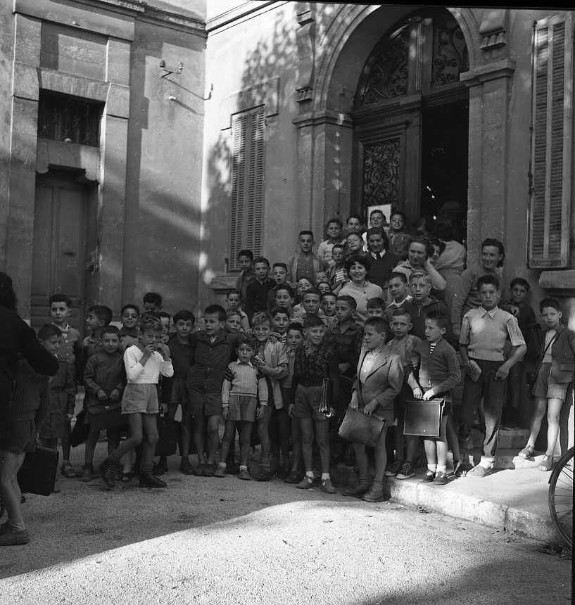 27 Fi 4027 - Rentrée des classes, cette fois-ci pour les garçons à l'école Gambetta, place du marché. 01/10/1955