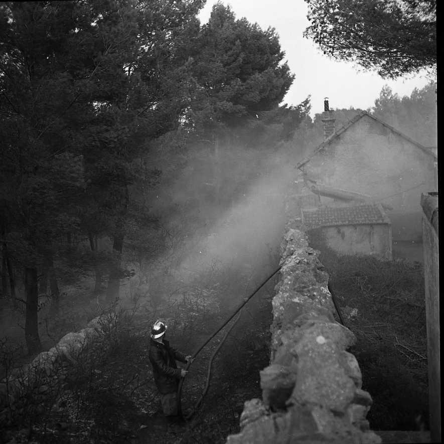 27 Fi 4036 - «Tard dans la nuit de vendredi à samedi, les pompiers ont pu se rendre maîtres de l'incendie qui avait éclaté dans le quartier de Fardeloup ». (Le Provençal)     07/10/1955