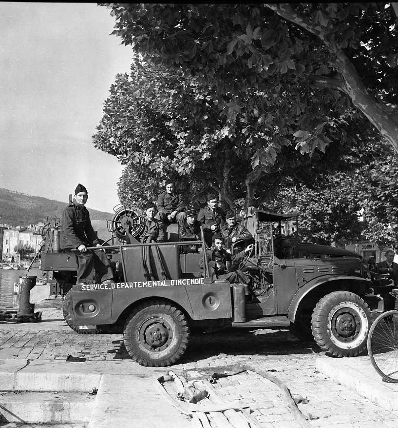 27 Fi 4061 - Les pompiers ciotadens posant fièrement sur leur véhicule de secours. 22/10/1955