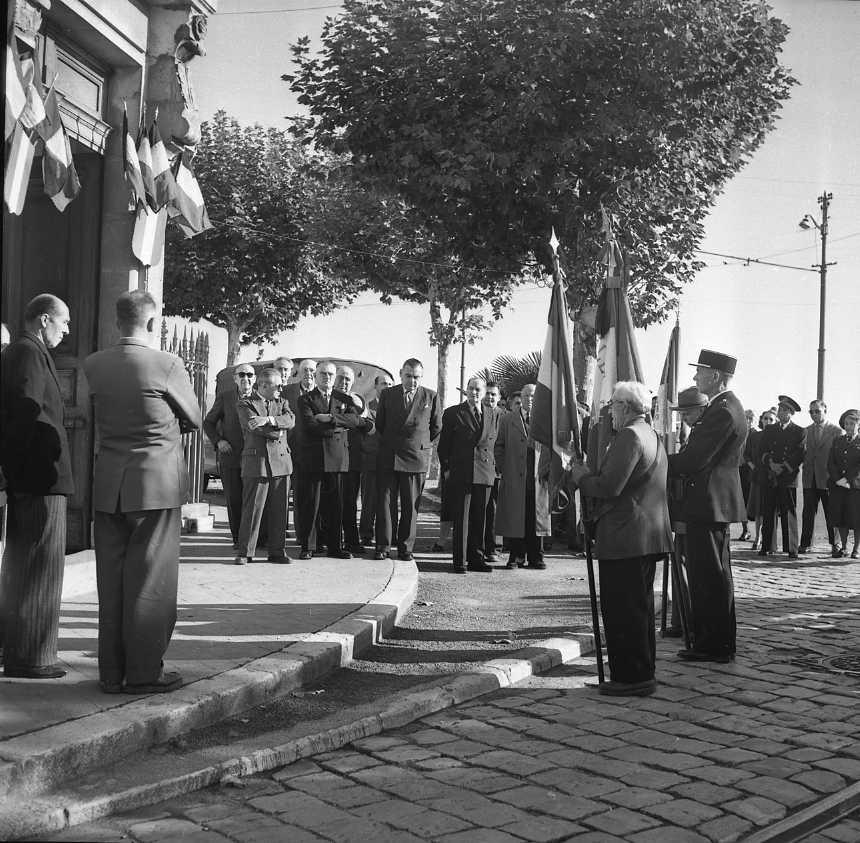 27 Fi 4117 - Commémoration du 11 novembre, moment solennel devant l'Hôtel de Ville, dont le maire Jean Graille et trois de ses adjoints, Messieurs Falibert, Cardonnet et Richard.11/11/1955