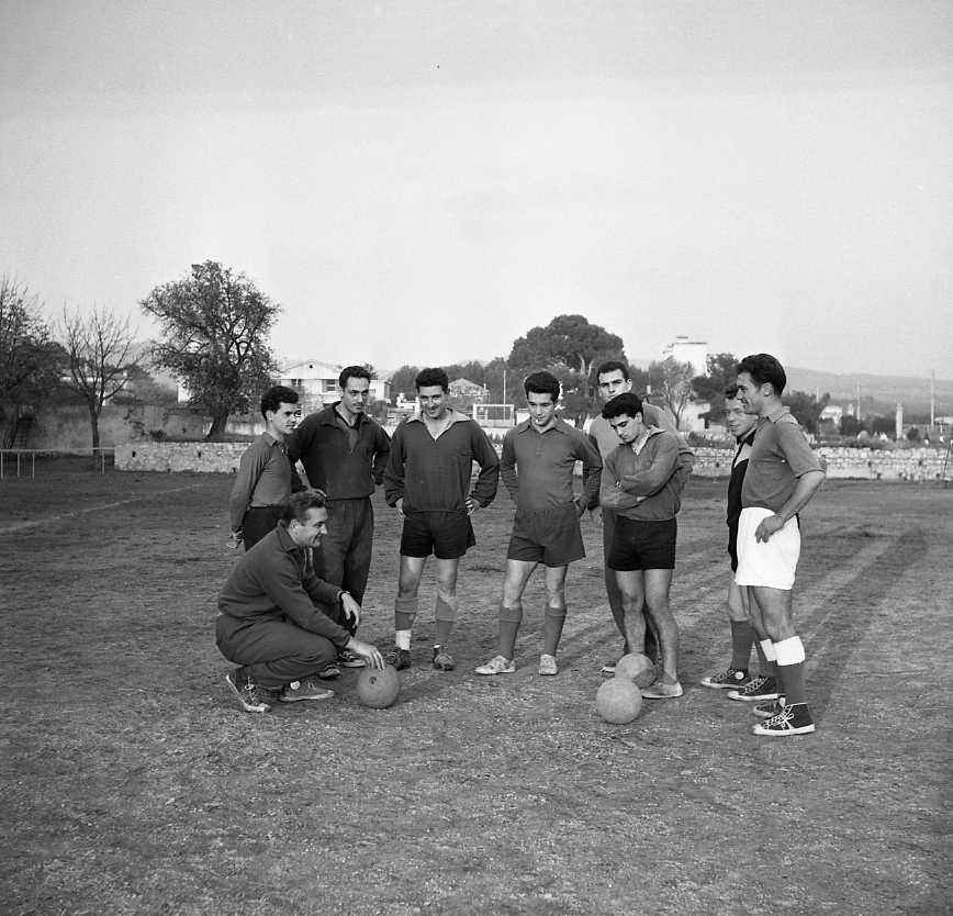 27 Fi 4123 - Les seniors de l'Etoile Sportive écoutent sagement le coach. 17/11/1955
