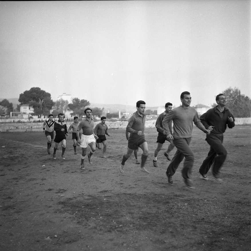 27 Fi 4124 - Petits tours de terrain pour les  courageux footballeurs. Allez, on garde le rythme ! 17/11/1955