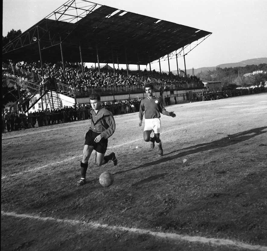 27 Fi 4137 - Action de jeu lors du match nul 0-0, la Ciotat-St Raphaël. Le défenseur accompagne le ballon en sortie de but. 04/12/1955