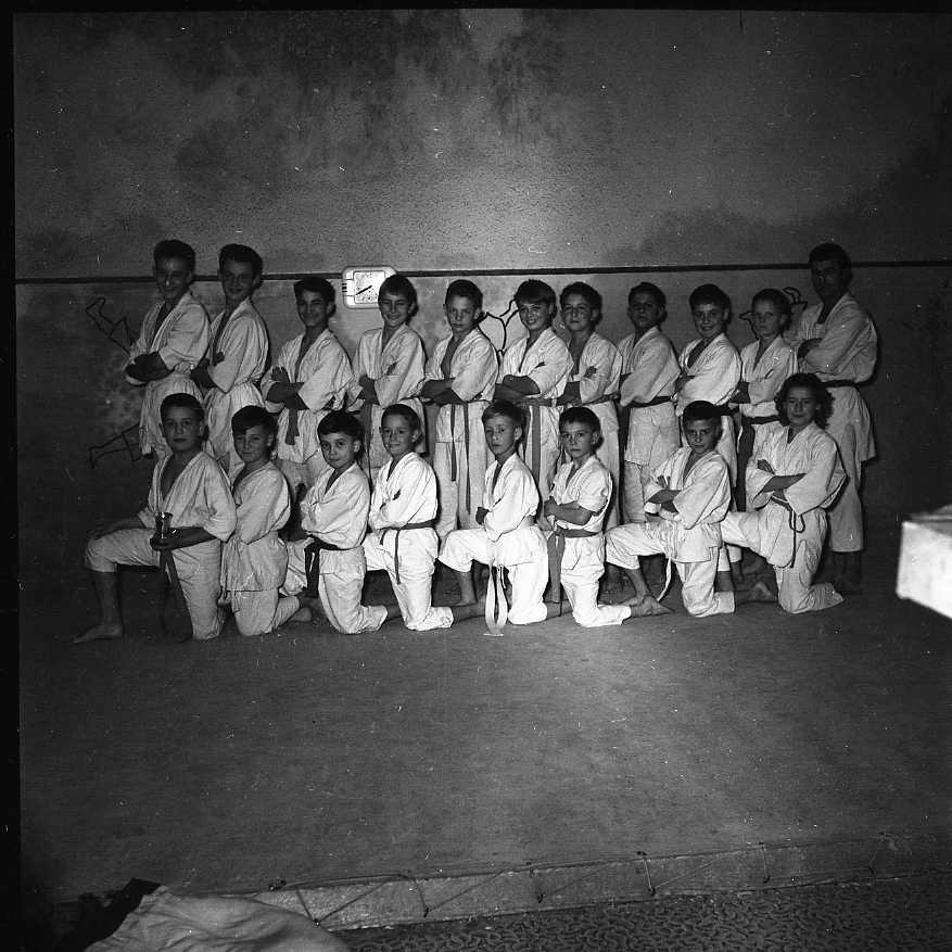 27 Fi 4146 - Pose des jeunes judokas ciotadens. 12/12/1955