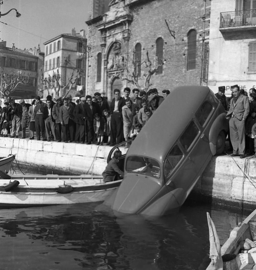 27 Fi 503 - Remorquage spectaculaire d'une 203 tombée dans le port, les curieux suivent ce repêchage avec attention. 20/02/1953
