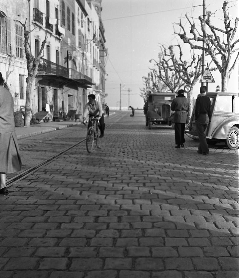 27 Fi 528 - Un cycliste sur le Vieux Port pavé et presque seul. Quel changement par rapport à aujourd'hui. 26/02/1953