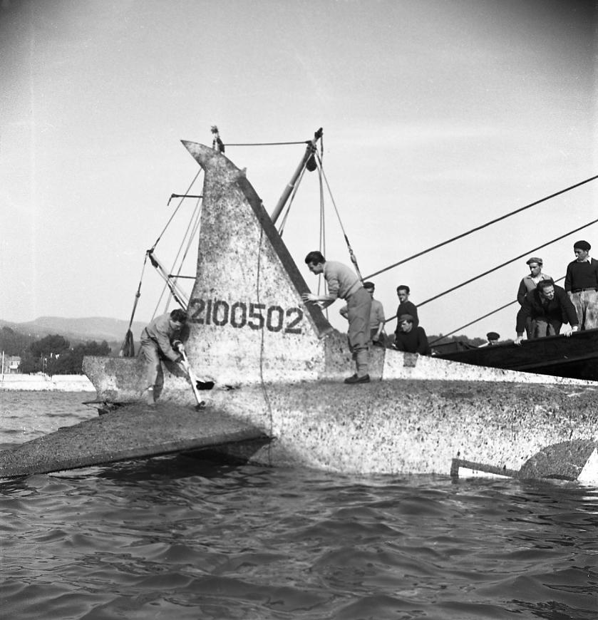 27 Fi 537 Repêchage d'un avion américain de type Dakota dans le port. Cet avion était tombé en mars 1952 lors d'un amerrissage forcé au Cap St Jean 27/02/1953