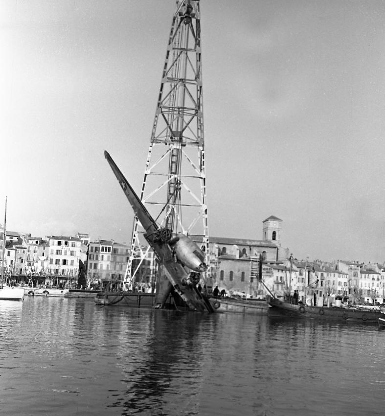 27 Fi 551 Enfin l'avion sort de l'eau, soulevé par le ponton mâture. 27/02/1953