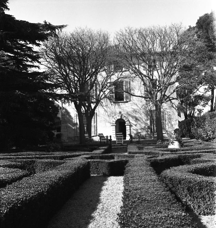 27 Fi 608 Magnifiques jardins et bâtisse du Domaine de la Tour, grand domaine viticole séculaire.10/03/1953