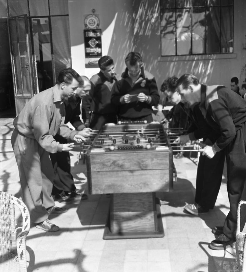 27 Fi 644 Toujours ces mêmes joueurs en pleine partie de baby-foot sur la terrasse du Rose-Thé. 20/03/1953