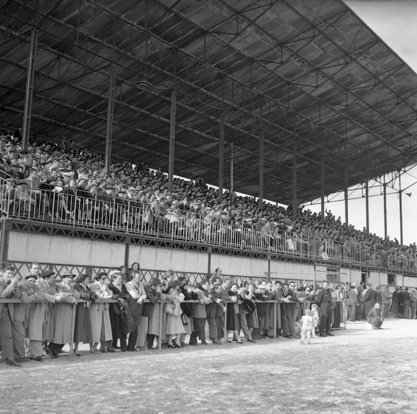 27 Fi 731. Match de football La Ciotat contre Aubagne, remporté par les locaux 4 à 0, devant une foule de supporters dans des tribunes qui débordent.13/03/1953