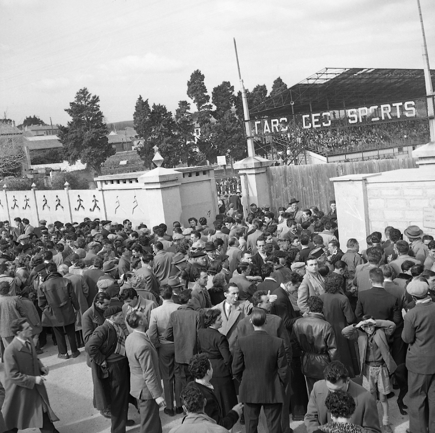27 Fi 733 De nombreux supporters impatients d'assister à la rencontre La Ciotat – Aubagne. A la Ciotat on aime le foot. 13/03/1953