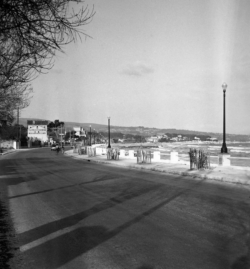 27 Fi 748 Travaux d'éclairage et pose de lampadaires sur le bord de mer. Les nouvelles plages n'existent pas encore. 4/04/1953