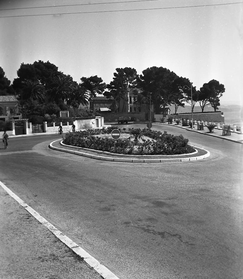 27 Fi 760 Parmi les aménagements du bord de mer, le nouveau rond-point au carrefour Wilson/Camugli avec la Villa des Tours en fond. 12/04/1953