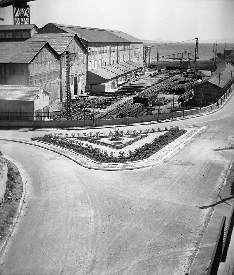 27 Fi 761 Nouveau carrefour au bas de l'avenue des Calanques, avec au second plan le secteur réservé anciennement à l'aviation dans les Chantiers Navals. 12/04/1953