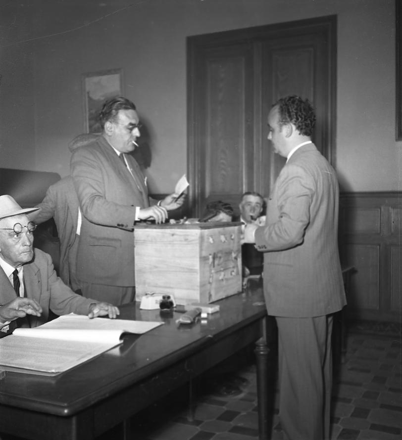 27 Fi 822 A voté ! Nous voici lors des élections municipales avec le maire Jean Graille à l'urne. Il s'agit d'une élection à la proportionnelle, avec panachage et sans second tour. Jean Graille sera réélu. 26/04/1953
