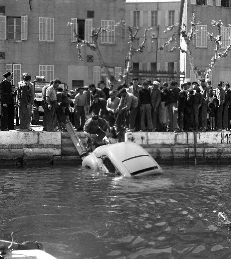 27 Fi 844 « Une 4 CV est tombée dans le port hier. Le conducteur Toulonnais et deux dames se trouvaient à l'intérieur. Ils en ont été quittes pour un bain forcé». (Le Provençal) 30/04/1953
