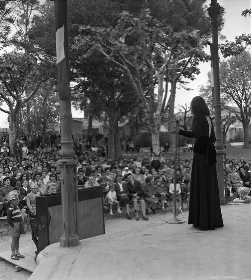 27 Fi 860 Concert au Jardin de la Ville à l'occasion de la fête du 1er mai. Le public écoute attentivement la chanteuse. 1/05/1953