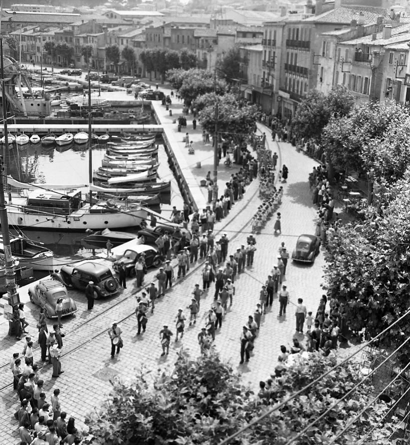 27 Fi 895 Fanfare et défilé sur le port pour la fête des écoles. Comme chaque année, le défilé part de l'école de filles du Boulevard Guerin pour se terminer au Jardin de la Ville. 28/06/1953