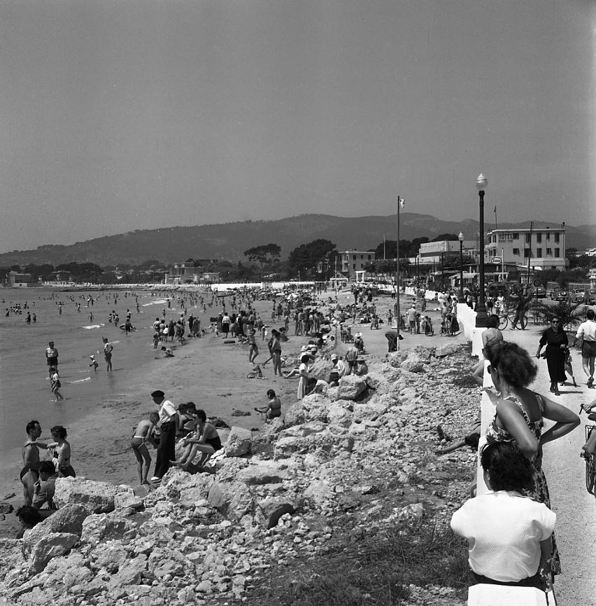 27 Fi 946 Grande plage de La Ciotat, peuplée de baigneurs. Le tourisme balnéaire prend son essor. 5/07/1953