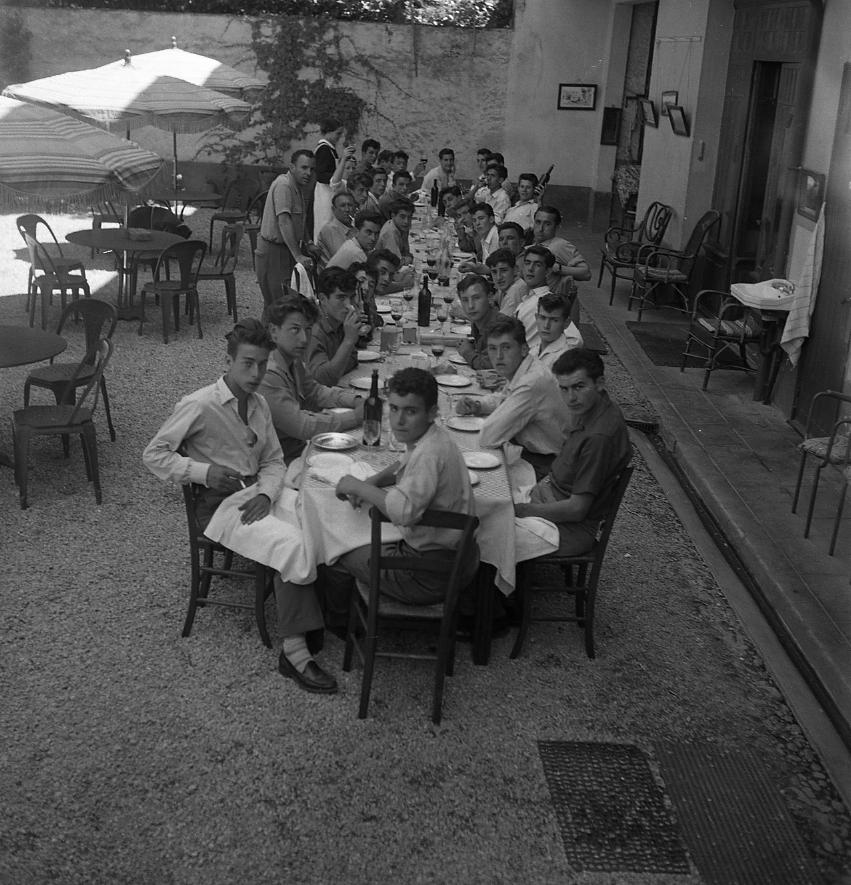 44Fi 3017 Repas convivial et belle tablée au cours de la colonie de vacances itinérante des apprentis de 3ème année au mois de juillet 54. 27/07/1954