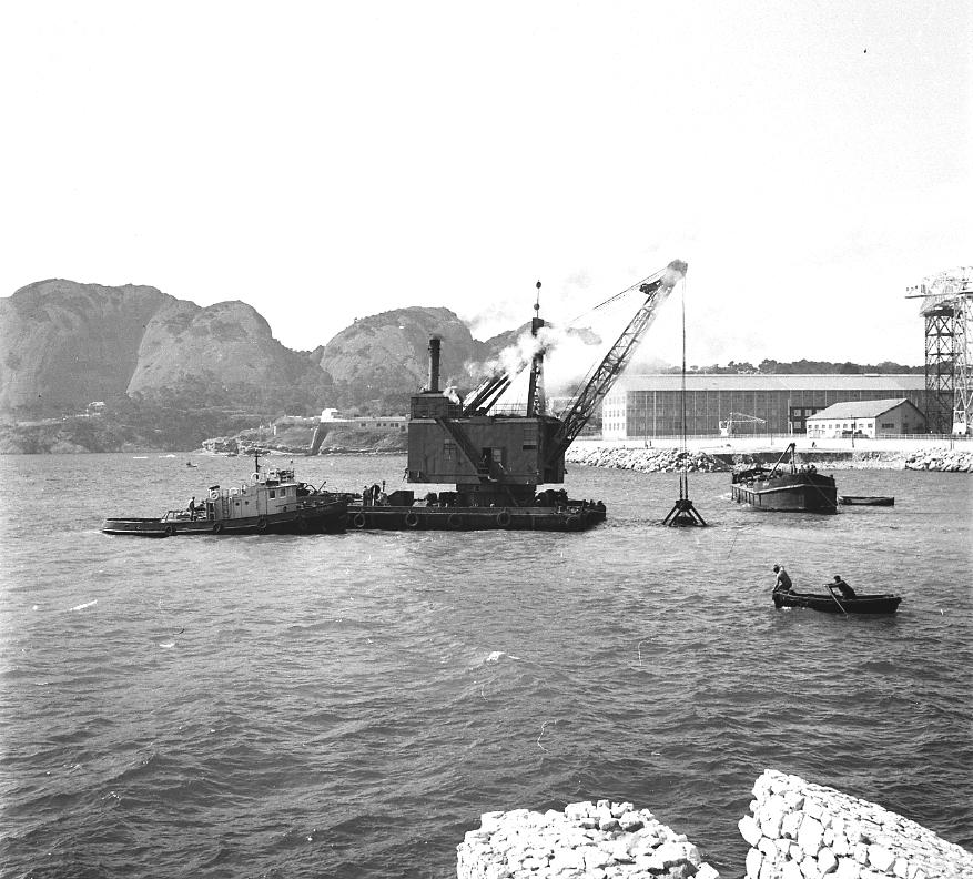27Fi 2343 Travaux de dragage à l'anse du Pré. L'envasement naturel ainsi que le passage de navires de plus en plus lourds ont rendu ces travaux indispensables. 23/03/1955