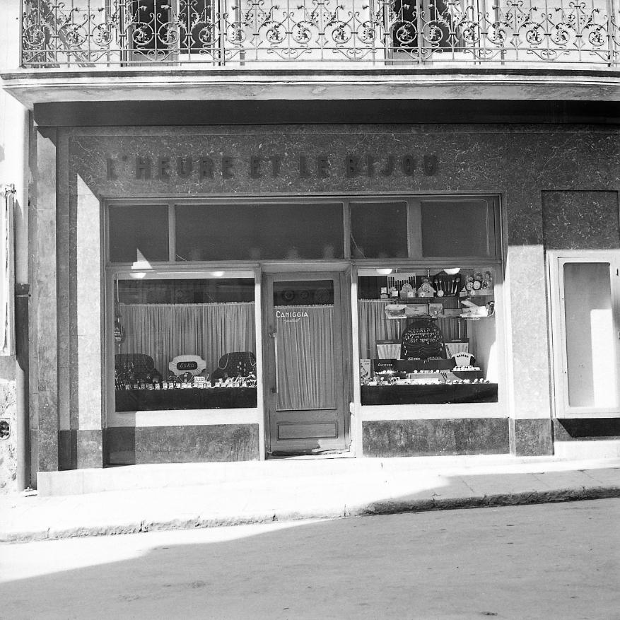 27Fi 2428 - La vitrine sobre et élégante de la bijouterie Caniggia, située au bas de la rue des Poilus. 4/04/1955