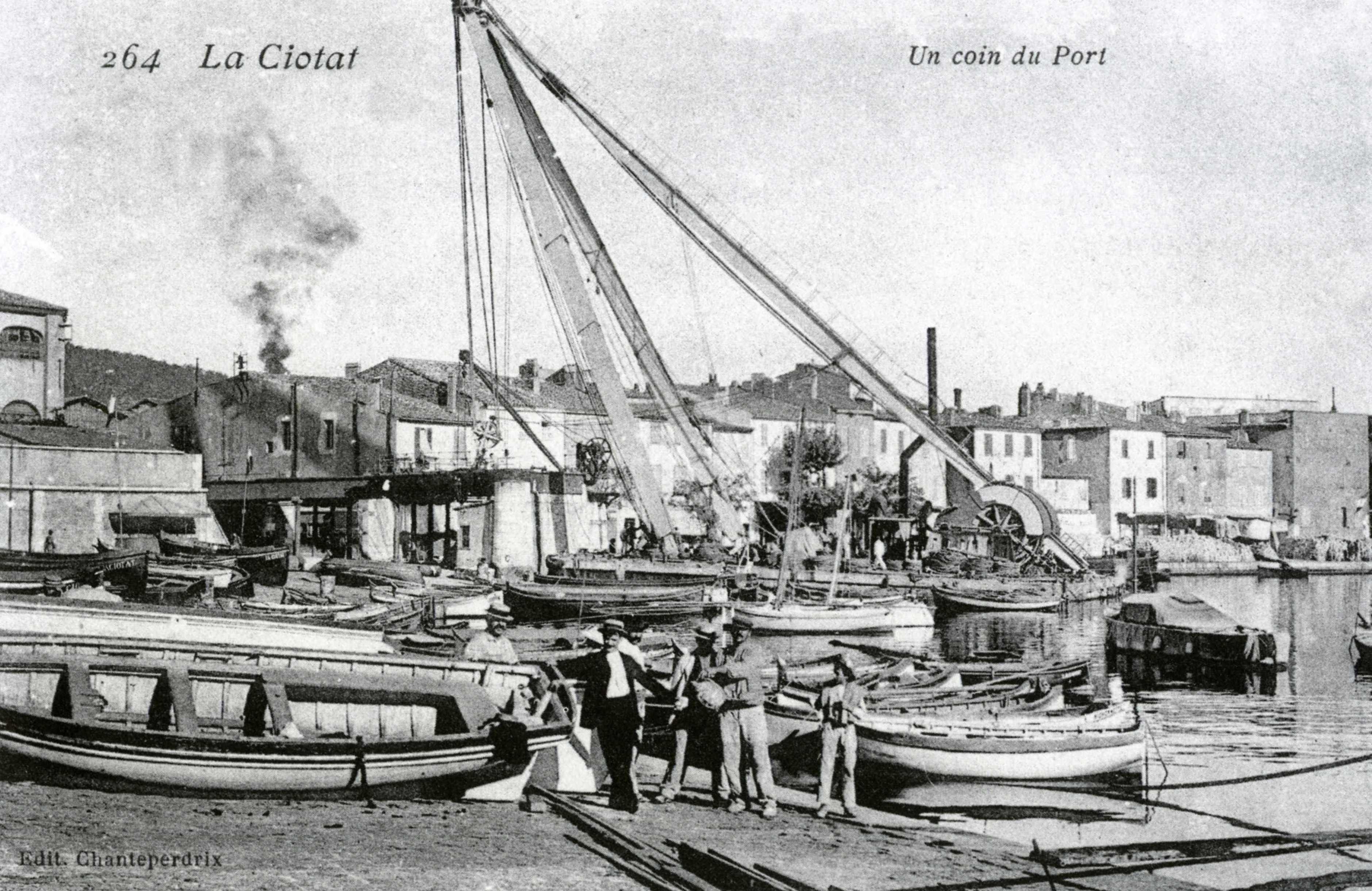 Embouteillage de barques sur le glacis de l'Escalet. Au second plan le nouveau ponton mature (grue flottante) installé peu auparavant et la première grue à manivelle du pont de fer. - 1905