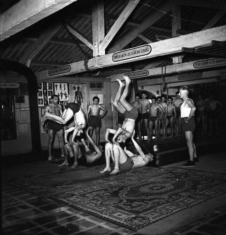 27 Fi 668 Séance athlétique d'éducation physique à la Palestre pour les élèves du centre d'apprentissage des Chantiers. 21/03/1953