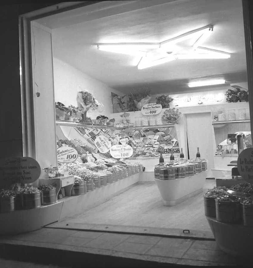 27Fi 2629 - Le magasin préféré des petits ciotadens le jour de son inauguration : le magasin de bonbons de la rue des Poilus. 4/05/1955