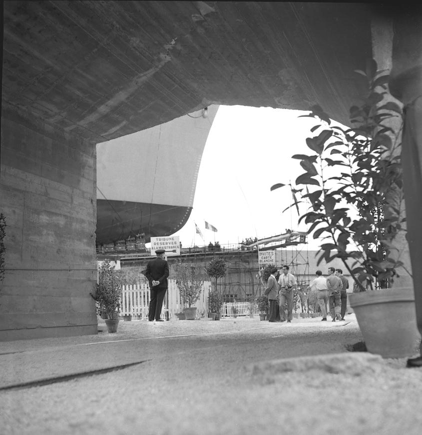 27Fi 1001 Jour de lancement du Ninive. Prise de vue originale de son étrave depuis un tunnel situé sous la cale 2. 4/06/1955