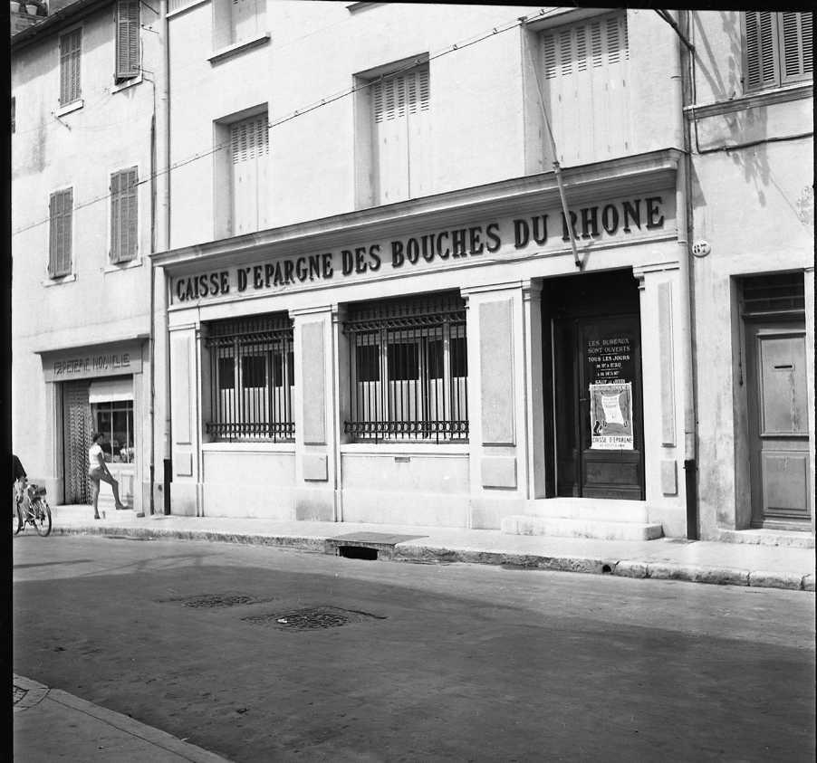 27Fi 3589 - Qui se souvient de l'ancienne Caisse d'Epargne en haut de la rue des Poilus ? L'actuelle se trouve aujourd'hui juste en face dans l'ancien hôtel de la Croix de Malte. 1er/08/1955