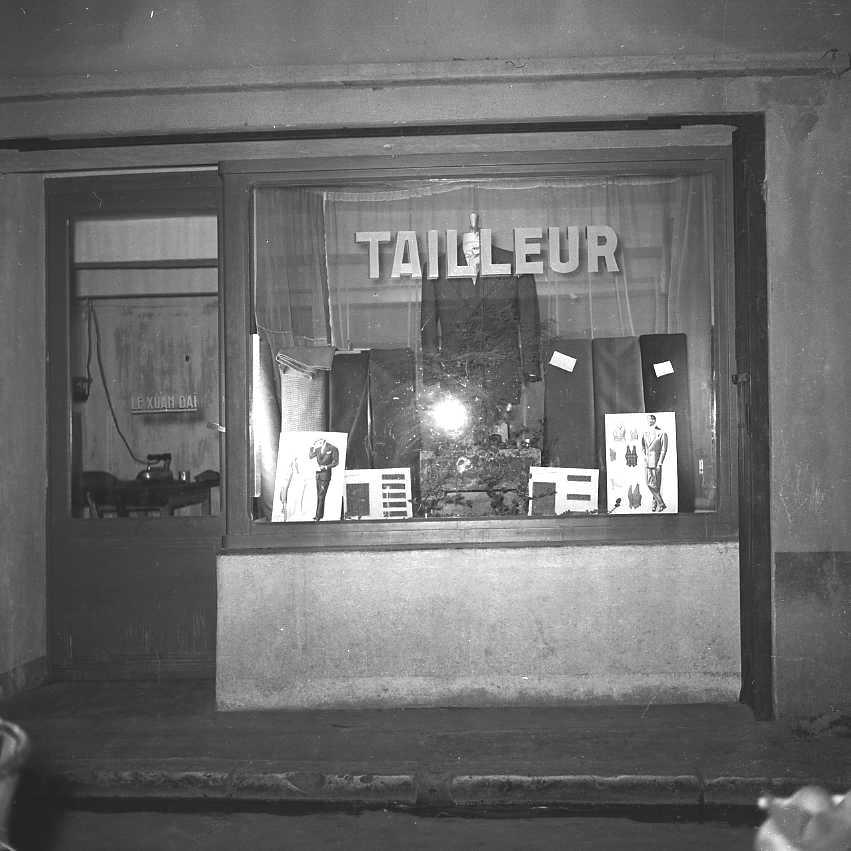 27Fi 3721 - La vitrine du tailleur Le Xuan Daï, rue Camille Pelletan. 10/08/1955