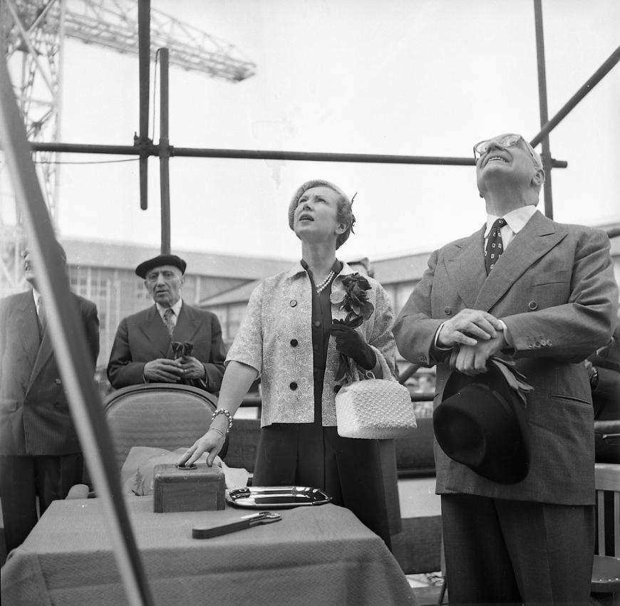 27fi 1007 Jour de lancement du Ninive. Après avoir appuyé sur le bouton de lancement, la Marraine, Madame CALVET et Jean-Marie TERRIN suivent attentivement le premier mouvement du navire. 4/06/1955