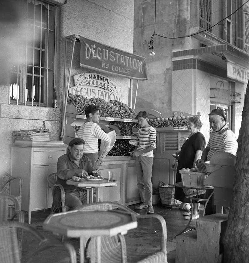27Fi 3940 - La famille Colace devant son banc sur le port près du Continental, pour une dégustation de coquillages. 1er/09/1955
