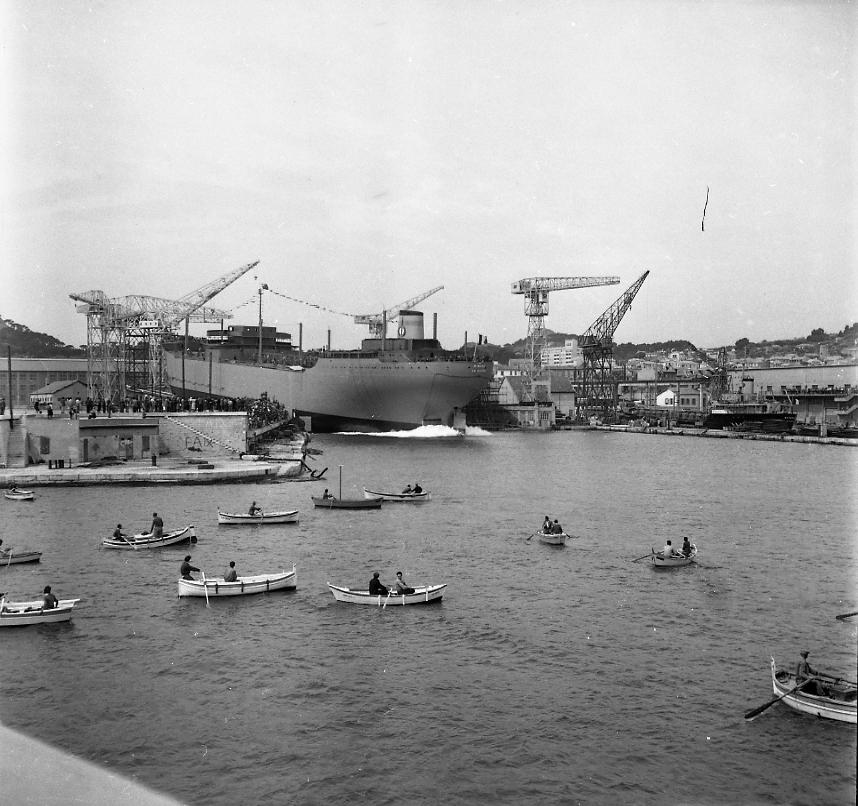 27Fi 1010 Jour de lancement du Ninive. Le navire touche l'eau, moment tant attendu par tous, ouvriers comme curieux, sur terre ferme comme sur les embarcations. 4/06/1955