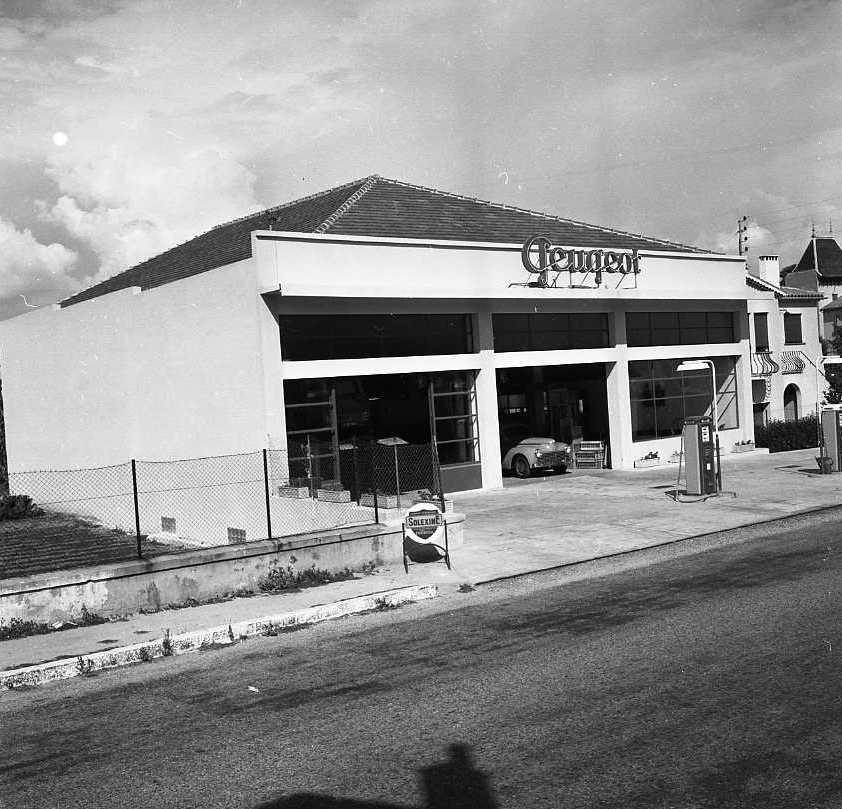 27Fi 3957 - Le très imposant garage Peugeot sur l'avenue Camugli. Dans cet immeuble « Le Garage » se trouvent actuellement, un établissement bancaire, un centre médical et un commerce. 8/09/1955
