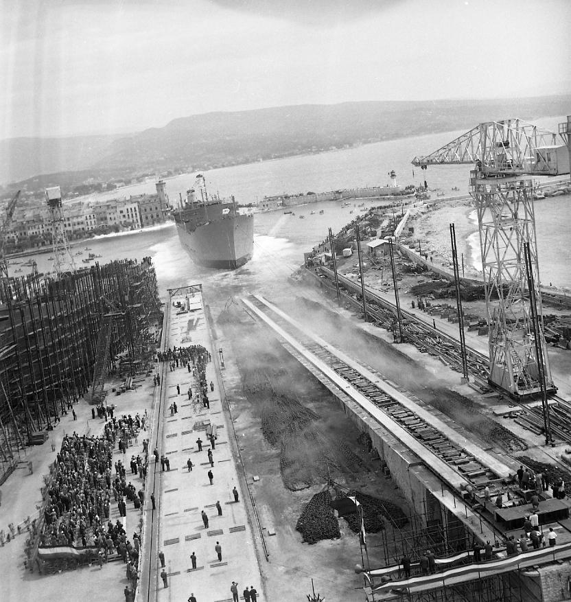 27Fi 1030 Jour de lancement du Ninive. Les chaînes de freinage en pleine action de retenue, soulèvent une épaisse poussière devant les spectateurs de la tribune d'honneur. 4/06/1955