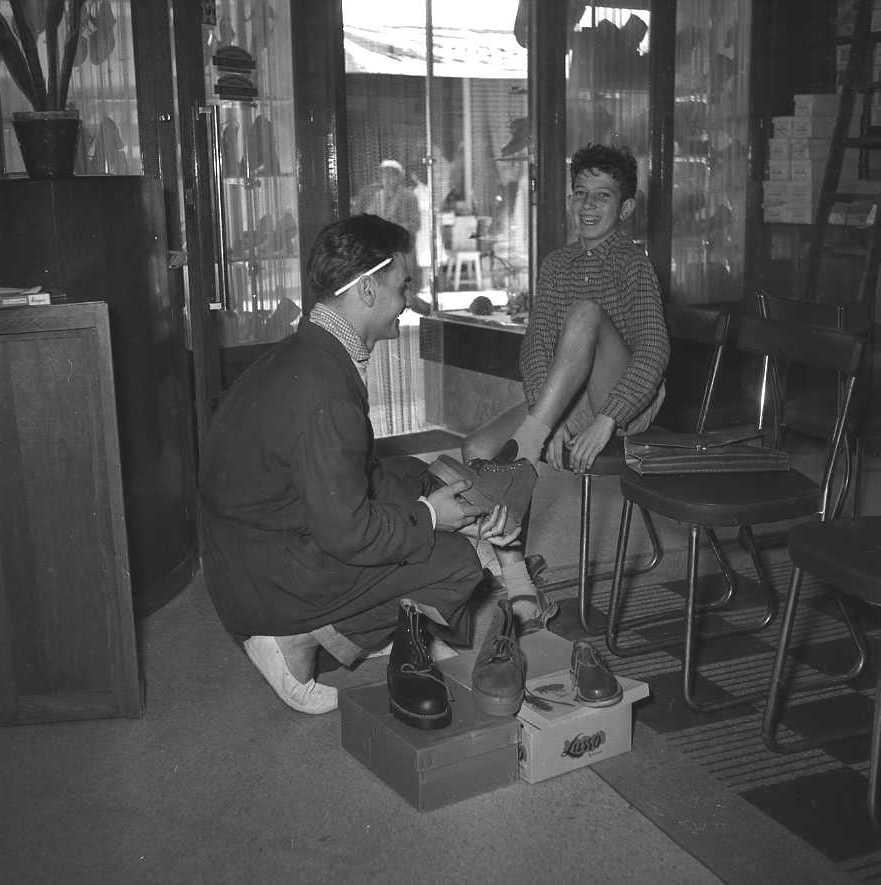 27Fi 3985 - Préparatifs de la rentrée scolaire chez le chausseur Gaillart ! 17/09/1955