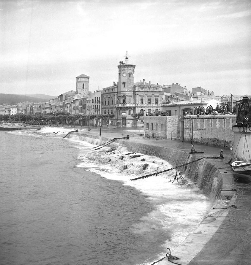 27Fi 1018 Jour de lancement de Ninive. La vague se retire sous les yeux des spectateurs prudents perchés sur les toits. 4/06/1955