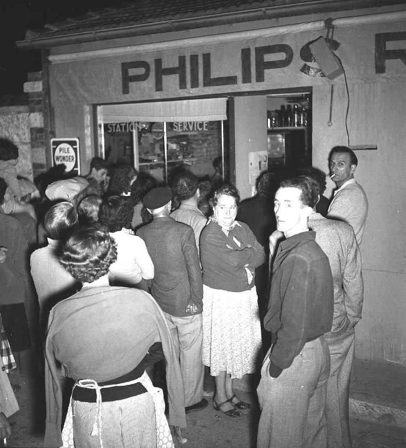 27Fi 3387 - Attroupement devant le magasin Philips de M. Bourry pour admirer la toute nouvelle télévision, rue Bouronne. 3/10/1955