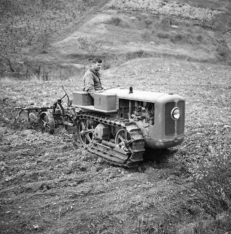 27Fi 1710 Parmi les activités annexes des CNC, des tracteurs « Aprile » furent construits en série dans les ateliers. En voici un en pleine démonstration. 7/11/1955