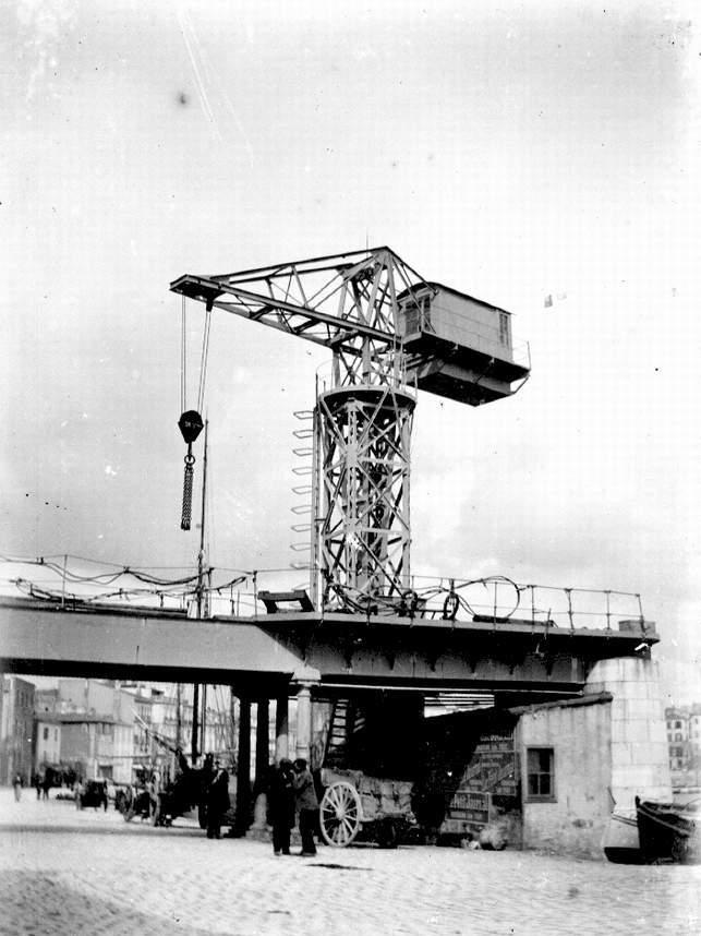 Première grue électrique des chantiers navals de La Ciotat, dominant le pont de fer.  - 1907