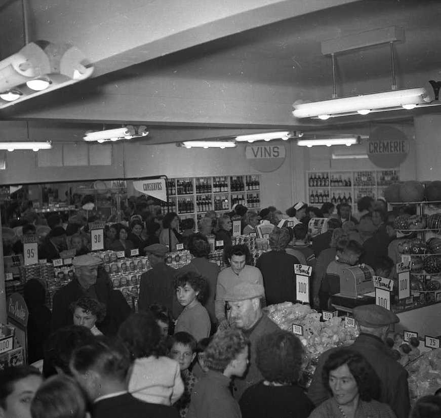 27 Fi 4083 - La population s'y est donné rendez-vous pour découvrir le magasin avec tous ses rayons et tous ses nouveaux produits. 27/10/1955