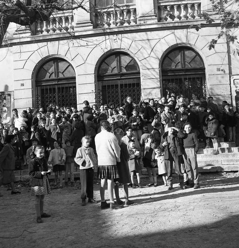 27fi 4187 Les enfants des employés des CNC devant l'entrée du Théâtre Municipal, impatients d'assister au spectacle de Noël. 22/12/1955