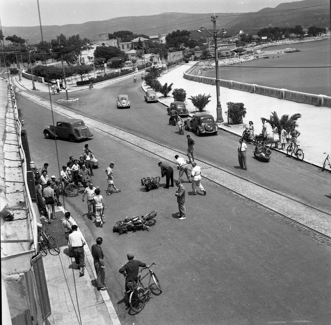 42Fi 0037 Accident de la circulation au « Lido », deux motos au sol. « Mais comment ont-ils fait » se demandent les passants ? 9/07/1953