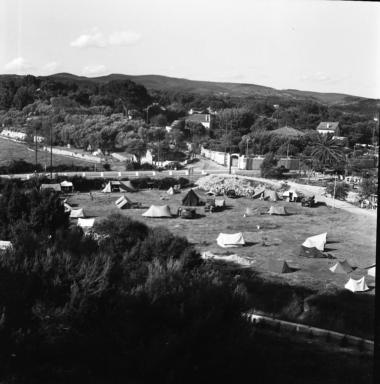42Fi 0049 Ancien camping de St Jean avec en fond la montée de l'Homme Rouge. Ce n'est pas encore le camping de masse que nous connaitrons plus tard. 12/07/1953