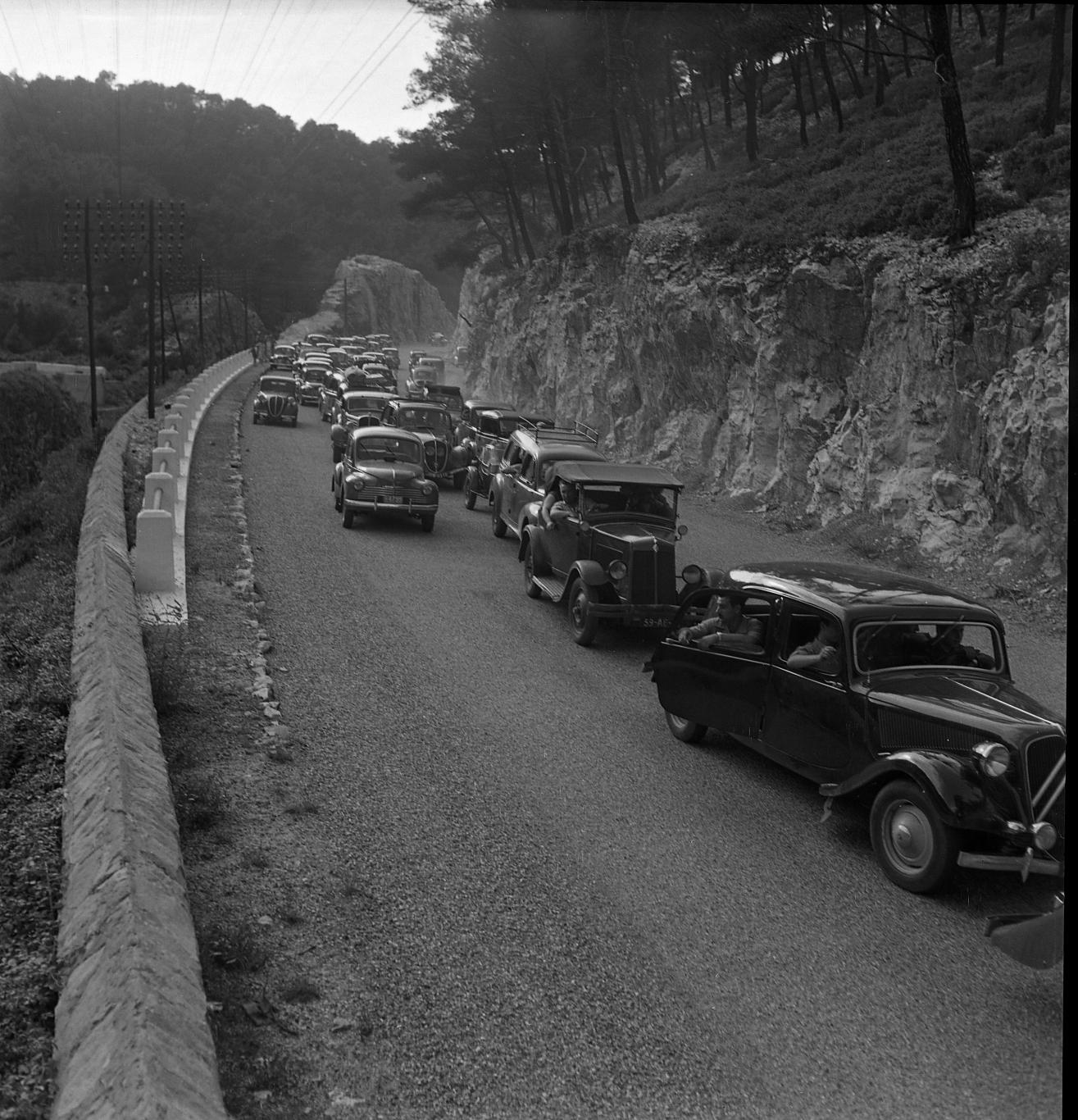 42Fi 0059 Bouchon sur la route de Belle Fille suite à un accident, vers la Saoupe. Déjà, cette voie était bien fréquentée. 2/07/1953